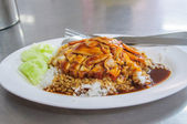 Thai food - Rice with red roasted pork (moo daeng) and crispy po — Stockfoto