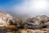 Ovanliga höstlandskap med krita klippor och dimma, naturliga backg — Stockfoto