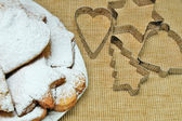 Cookies on plate sprinkled powder on brown sack texture — Stok fotoğraf