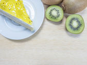 Kiwi cake and fruit — 图库照片