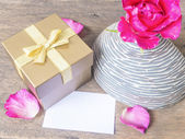 Kart ve gül cam aranjman altın hediye kutusu — Stok fotoğraf