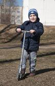 De jongen met de scooter — Stockfoto
