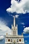 Kyrkan med blå himmel — Stockfoto