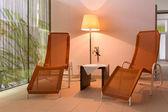 Lamba ve otel sağlıklı yaşam alanı bir tabloda iki sandalyeli — Stok fotoğraf