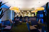 Yalnız kız, yalnız ışıklı otel barında oturur — Stok fotoğraf
