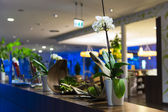 Flower decoration at hotel reception — Stockfoto