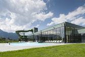在夏季的一天游泳浴带室外游泳池和水滑梯 — 图库照片