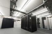 Små luftkonditionerade kyls data serverrum med svart rack och kabelrännor taket — Stockfoto