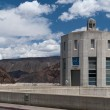 Concrete tower with clock at Hoover Dam and cloudy sky — Stock fotografie