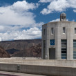 Concrete tower with clock at Hoover Dam and cloudy sky — Foto de Stock
