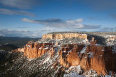 Big rock of bryce canyon after snow fall with blue and sunny sky — Stock Photo