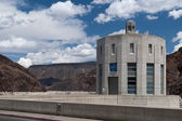 Concrete tower with clock at Hoover Dam and cloudy sky — Stock Photo