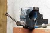 作業ベンチの青い金属のベンチ万力 — ストック写真