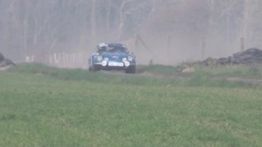 Rally car in the fog — 图库视频影像