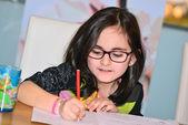 小女孩做作业 — 图库照片