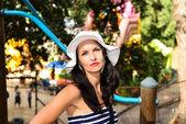молодая женщина, наслаждаясь в парке приключений — Стоковое фото