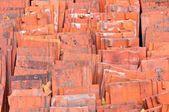 Stapel rode keramische dakpannen — Stockfoto