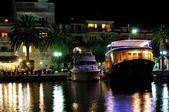 Barche ancorate alla notte nel porto di podgora — Foto Stock