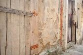 Old abandoned house with wooden doors — Stockfoto