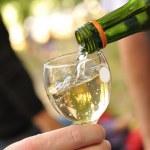 vin blanc, verser dans le verre — Photo #40579093