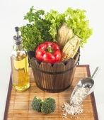 新鲜的蔬菜和其他原料在竹凉席上设置 — 图库照片