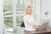 Zakenvrouw die op laptop werkt. — Stockfoto