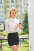 Zakenvrouw praten op mobiele telefoon op — Stockfoto
