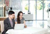 Företagare prata med varandra. — Stockfoto