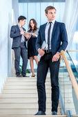 Empresários na escada — Fotografia Stock