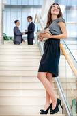 Geschäftsfrau holding ein Tablett — Stockfoto
