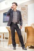 Zakenman praten op de mobiele telefoon — Stockfoto