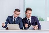 两个成功的商人,在办公室里说话 — 图库照片