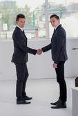 Biznesmeni drżenie rąk — Zdjęcie stockowe