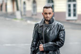 Man on the street in a leather coat. — Foto Stock