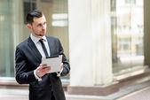 Muž v formální oblečení drží tablet — Stock fotografie