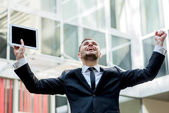 Uspeh.Uverenny businessman rejoices uspehom. Young man raises hi — Stock Photo