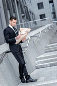 Zakenman met krant — Stockfoto