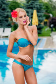 Girl near the pool with flower in her hair — 图库照片