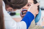 Zahnarzt behandelt patienten zähne — Stockfoto