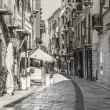 Trani, alley to the harbor — Stockfoto