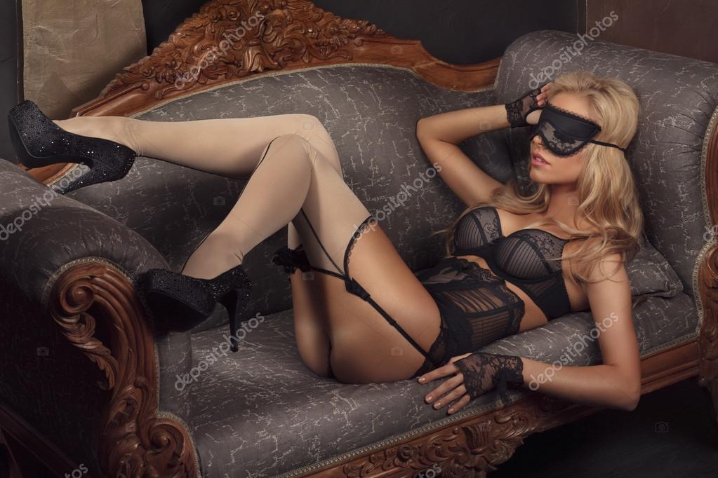 Блондинка в нижнем белье сексуально раздевается перед камерой  374884