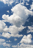 Witte wolken in blauwe hemel — Stockfoto