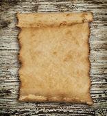 Vieux papier sur le fond de bois — Photo