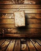 自然なパターンを持つ茶色木目テクスチャ上の古い紙 — ストック写真