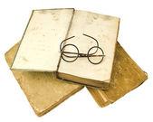 старые книги с глаз очки, изолированные на белом фоне — Стоковое фото