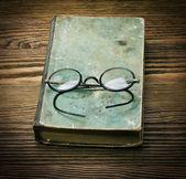 Boek met glazen — Stockfoto