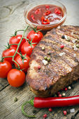 Beef steak with  vegetables and ketchup — Stockfoto