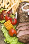 Rundvlees steaks met groenten — Stockfoto