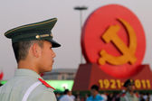 A soldier stands guard against the backdrop of the communist symbols at the Tiananmen square in Beijing, China — Stock Photo
