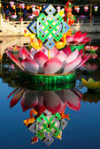 Lotus and endless knot, buddhist festive decoration on the lake — Stock Photo